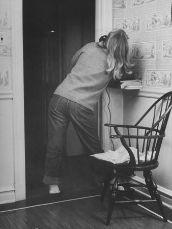 Nina-leen-teenage-girl-talking-on-the-telephone